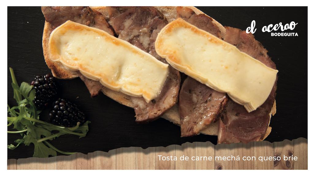 Tosta de carne mechá con queso brie
